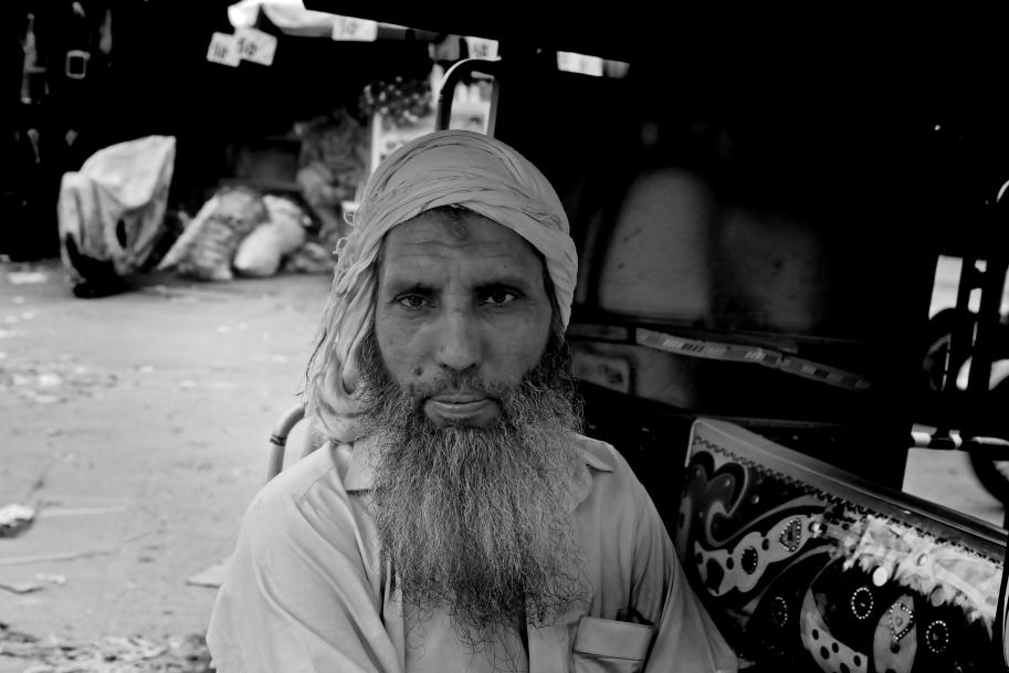 """řidič """"taxi"""" v Láhauru"""